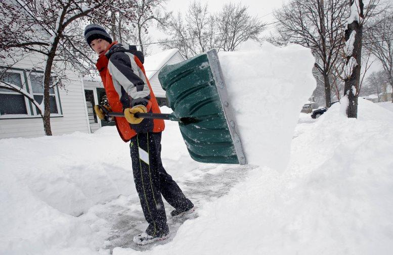 Фото: уборка снег широкой лопатой